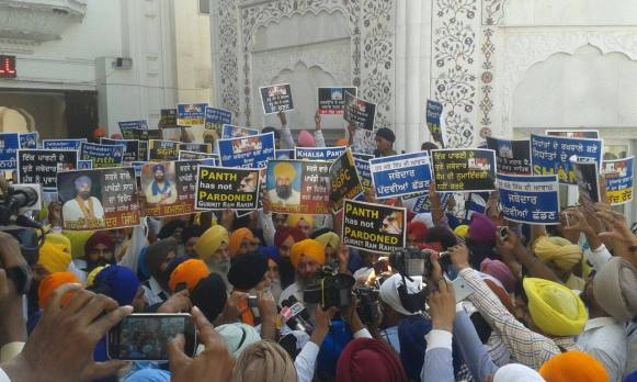 Pics from todays protest at Akaal Takhat Sahib from Dal Khalsa Panch Pardhani against the pardon given to sauda sadh (13)