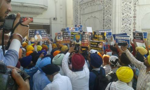 Pics from todays protest at Akaal Takhat Sahib from Dal Khalsa Panch Pardhani against the pardon given to sauda sadh (14)