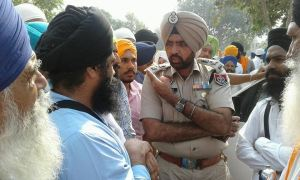 Bhai Amarjeet Singh Maryada talking to the SsP of Punjab Police about