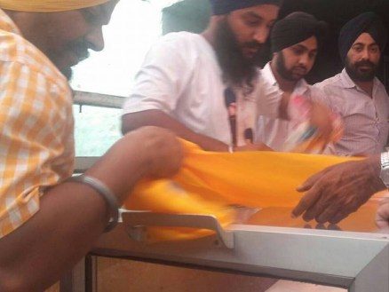 Khalsa Seva Singhs have reached the funeral of bhai Gurjeet Singh ji. Parnaam shaheeda nu 8