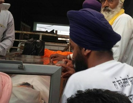 Khalsa Seva Singhs have reached the funeral of bhai Gurjeet Singh ji. Parnaam shaheeda nu
