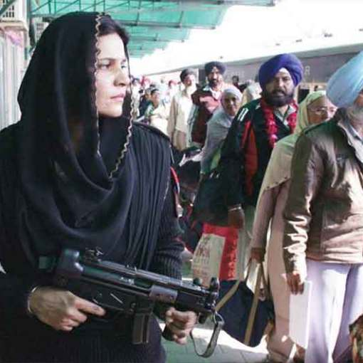 547st Birth Anniversary Guru Nanak |Pakistani Female Police Commando Stands Guard As Indian Sikh Pilgrims Arrive At Wagah Railway Station