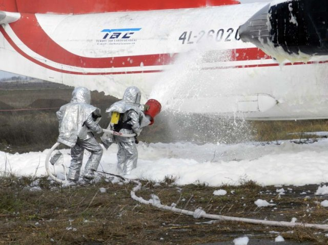 Атака пеной в международном аэропорту Херсона