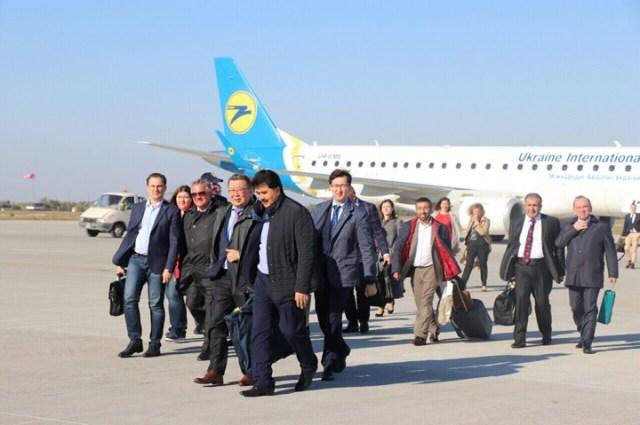 """В аеропорту """"Херсон"""" приземлився авіаборт з поважними гостями"""