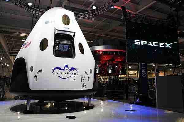 Amerikalı astronotları uzay istasyonuna taşıyacak olan Dragon 2 kapsülünün maketi.