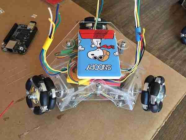 İşte 3 kollu, 3 tekerlekli, 3 motorlu robot ve USB telefon pilleri.