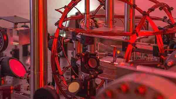Bose_einstein-robot-yapay_zeka-robotlar-bilim_insanı