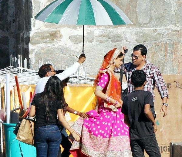 Sonam-Kapoor-on-the-sets-of-Prem-Ratan-Dhan-Payo