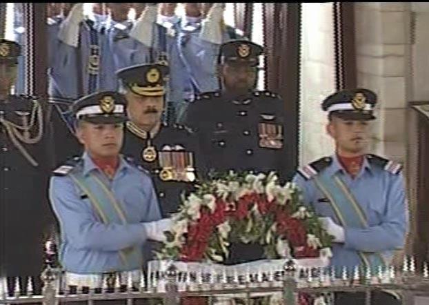 يوم دفاع په موقع مزار اقبال باندي دستوره شوي