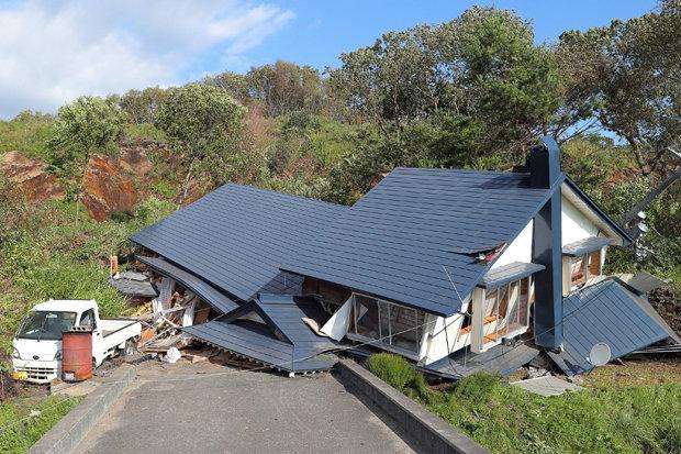 جاپان کښي شپږ اعشاريه اووه شدت زلزله کښي دوه کسان مړه شوي