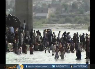 نوشہرہ کی عوام نے گرمی کا زور توڑنے کے لئے نہروں کا رخ کرلیا