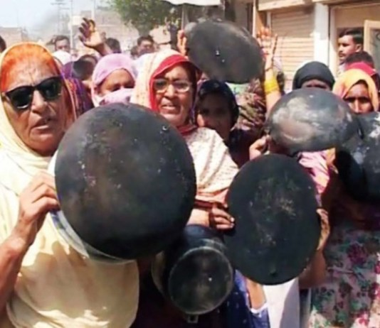 Women stage protest in Peshawar against gas load-shedding