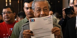 Malaysia´s Mahathir sworn in after shock poll win