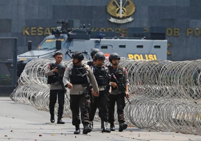 Prisoners kill five Indonesian police, take one hostage in jail clash