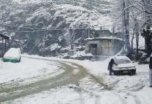Work underway to clear snow clogged roads in Galiyat