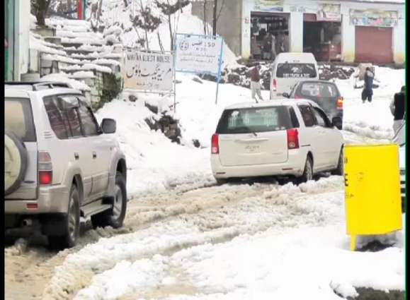 40 tourists trapped due to road blockage in Abbottabad
