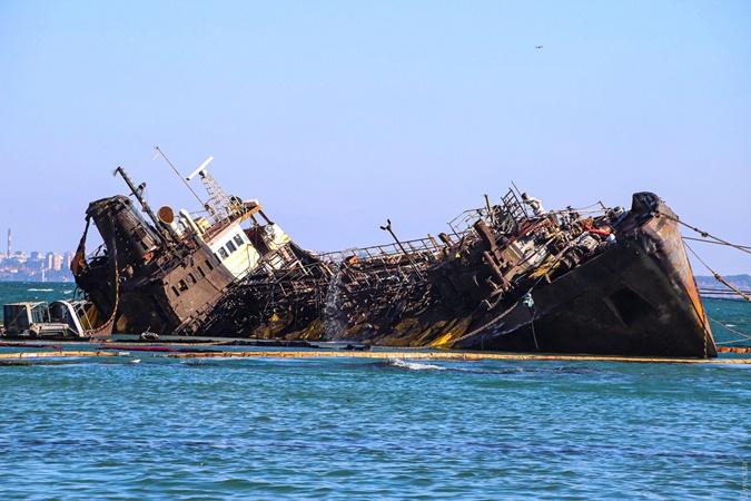 З води здався ніс. В Одесі знову намагаються підняти танкер Delfi [фото, Відео]