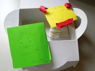 2A 準備的寶藏盒,裡頭除了一張卡片,還有一個嚇人的彈簧小人,但因沒有彈簧,善於摺紙的 Ann 便以紙條編織一串彈性不足的「紙彈簧」,果然無法下人~ XD