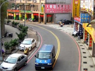 傍晚時間,全台灣有大約 72 名學生從學校往各種安親、才藝、補習班移動,準備參加另一場「教育」。(圖為一輛名為「元氣」的接送車載送著剛從學校放學,前往安親班的孩子)