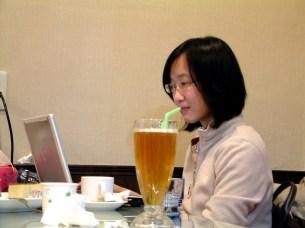 2008.12,Lulu 在咖啡廳工作時的側拍畫面~