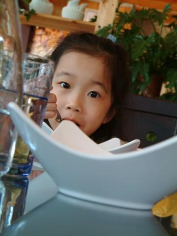 2009.11,Ann 在用餐時特寫鏡頭,像是啃盤子的模樣~