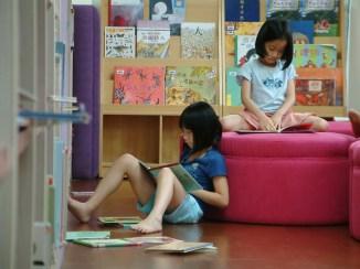 2A 在地區圖書館完成作業後(要事第一),就能隨意地閱讀了~