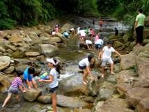 這群孩子看見清澈的淺溪,進行的第一項活動就是 - 下水,然後愈泡愈深,直到衣褲全都濕透~