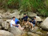 幾位工程師小孩在堆砌石滬,捕捉到了幾尾溪蝦~