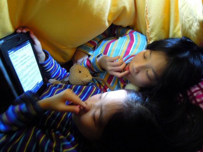 我們躲在棉被裡玩累了,讀幾則笑話、準備入睡~