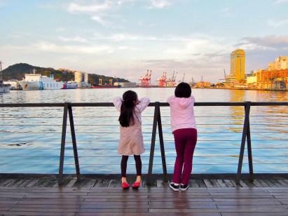 2A 在基隆火車站前的海洋廣場上,欣賞夕陽帶來的金色海港~