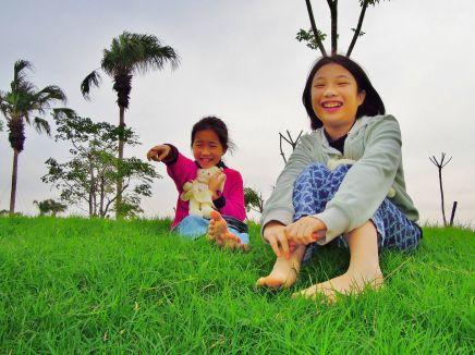 2A 打赤腳坐在農博基地的小土丘上聊天、預想農博風景~