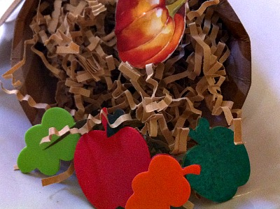 The most simple of Thanksgiving crafts! Perfect for kids, and classroom parties. Also makes a great place setting! So pretty!