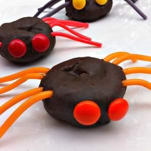 Easy as 1,2,3! Spider Doughnuts for a fun food Halloween Treat! KidFriendlyThingsToDo.com