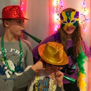 DIY Party Photo Backdrop for New Years, Christmas or anytime! Get supplies at the Dollar Tree! - KidFriendlyThingsToDo.com