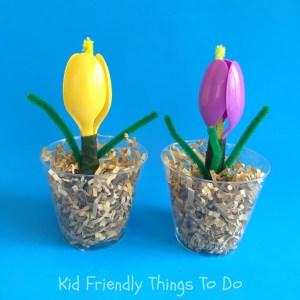 A plastic spoon flower for Mother's Day or teacher gift! - KidFriendlyThingsToDo.com