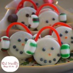 Chocolate Covered Oreo Cookie Snowmen Treats for a Winter Fun Snack - Great for Christmas parties, and hot chocolate bars. fun for kdis - www.kidfriendlythingstodo.com