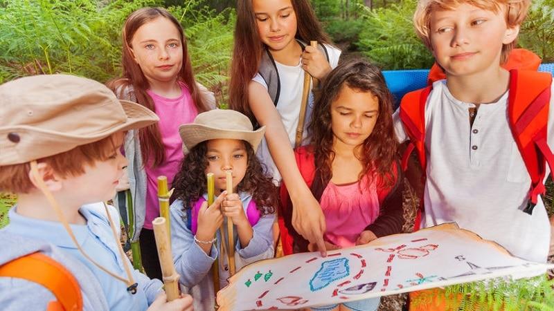 activités pour enfants durant les weekend pluvieux  des enfants qui s'apprêtent à entamer une chasse au trésor