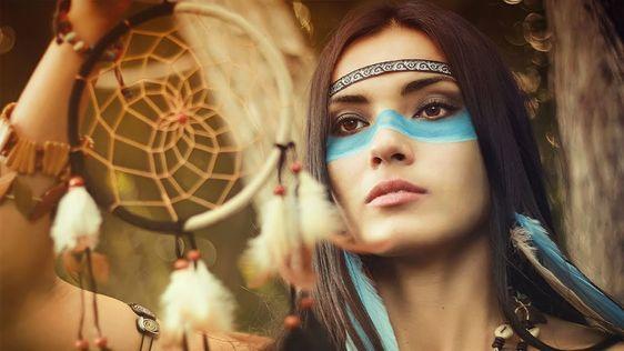 Femme indienne tenant un attrape rêves