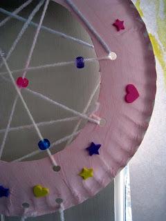 tissage de l'assiette avec du fil et des décoration