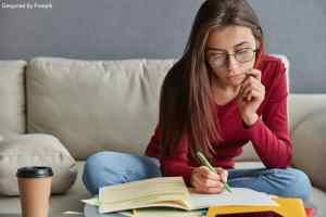 Job étudiant : une fille qui prépare sa lettre de motivation