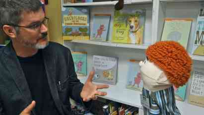 Earl interviews the children's book author Mo Willems