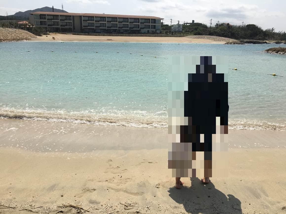 ハイアットリージェンシー瀬良垣のプライベートビーチで遊ぶ娘とパパ