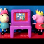 Play Doh Peppa Pig Puppet Show & Rebecca Rabbit Playing in PlayDoh Muddy Puddles by Funtoys