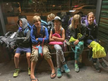 Basel warten an der Bushaltestelle