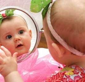 Κοιτάει σε καθρέπτη