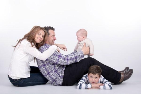 Sesión de fotografía familiar en estudio Zaragoza