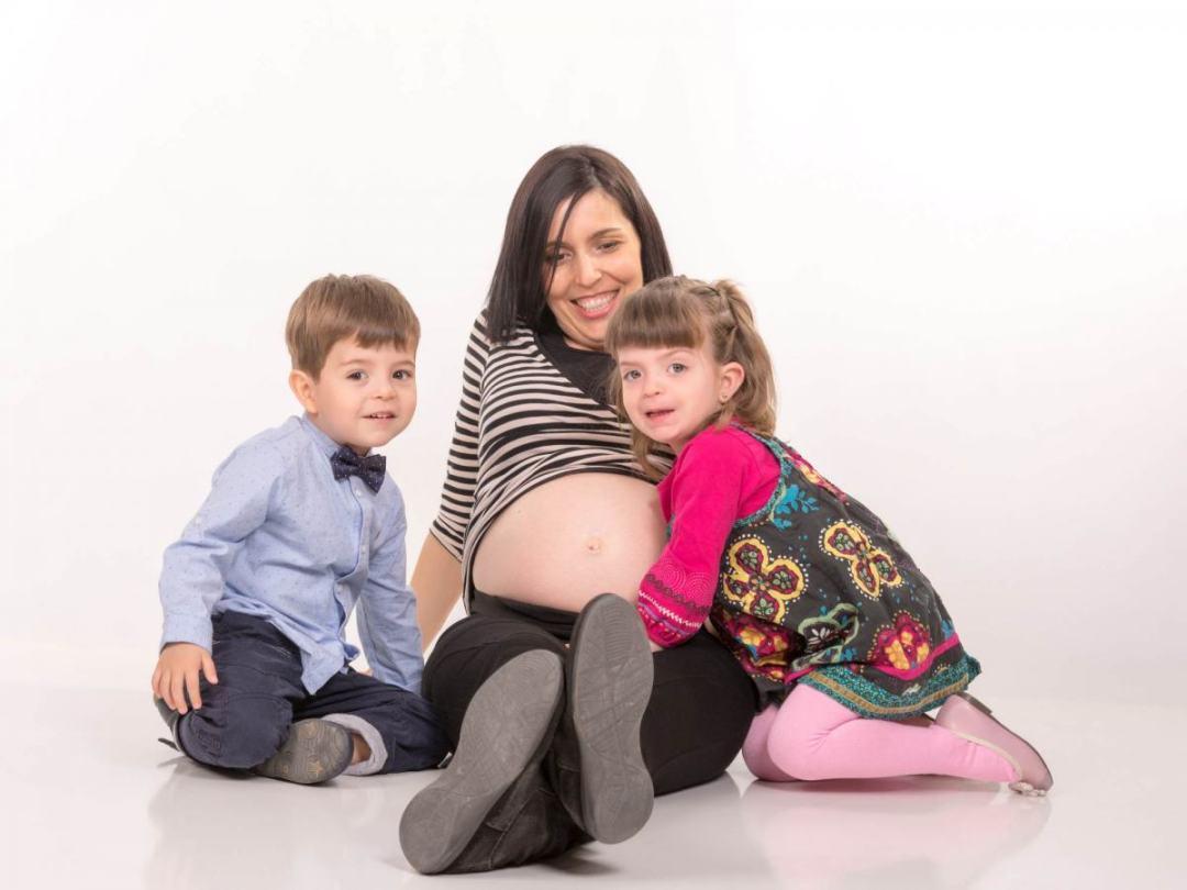 kidsfoto.es Sesión fotografía premamá con hermanos mayores mellizos