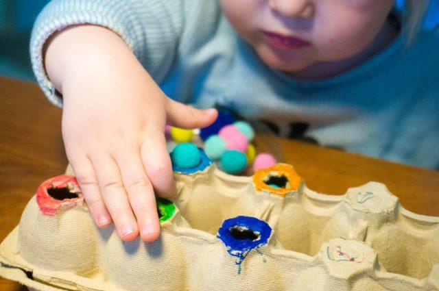 Activiteit voor Dreumes:  Kleuren sorteren met Pompons | Babies Kitchen