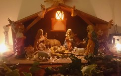 nativiy-crib-with-candles-ivy-animals-and-figurines