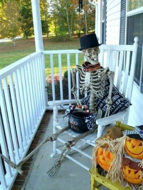 19 Easy DIY Front Porch Halloween Decoration 12